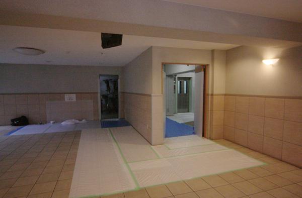 こちらは1階のフロント部分。右のエレベーターから左の駐輪場へまわりこむ搬出入経路です。