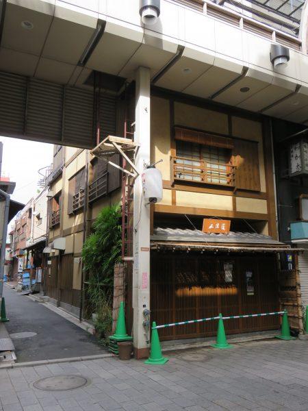 木造軸組み(風?)の、純和風建築!壁は土壁(風?)で、藁が混ざっているのが見えます。