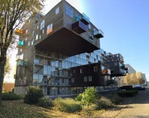 海外に目を向けると、オランダのオクラホマ(設計=MVRDV)11mは飛び出てるそうです。しかも2層!?