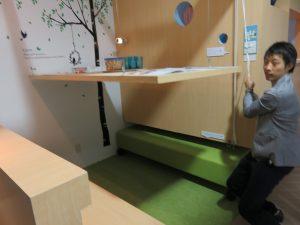 かつての日本間は、1つの間で食べたり寝たり、フレキシブルな空間でした。それを現代で実現した提案です。テーブルが持ち上げれば広い空間ができ、ベッドなどを引き出せます。