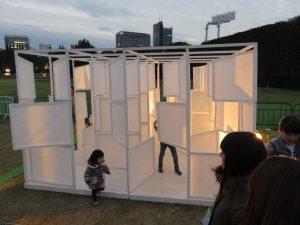 京都精華大学による「PLUS=MINUS」。ドアを自由に動かして間取りを変えられます!