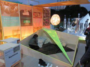 総合学園ヒューマンアカデミーによる「災害後デザイン」。避難所をデザインの力で少しでも快適にしたい、という提案です仕切りをターフに、電球は使用済み紙コップでシェードにしています。