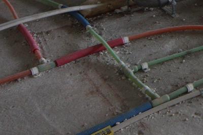 Befor(施工前):もともと入っていた分岐のパーツは、熱で溶かして接合したものでした。