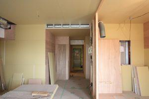 2016年5月24日。ケイテンに合板や石膏ボードが取り付けられ、いよいよ壁らしくなりました。