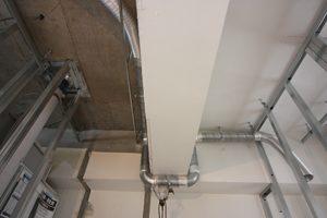 梁をかわして配管する部分も、丁寧に仕上がっています。