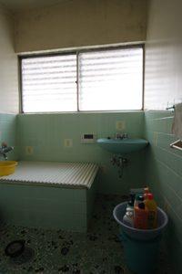 「となりのトトロ」に出てきそうな、味わい深い浴室。タイルの色も素敵です!