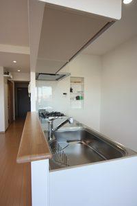 ちなみに、キッチンの吊り棚の裏側の垂れ壁部分も、こんな感じで無駄なくキレイ!
