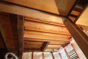 上の横に伸びる梁に、 さらに板を添えて頑丈に(添梁・「そえばり」というそうです)。移動した後の柱も補強しています。