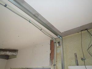 長男さんのお部屋のエアコンの位置は、専有部分のまさに中央。エアコンの配管は室外機のあるベランダまで伸ばす必要がありました。