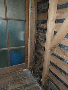 浴室の入り口部分、洗濯室の壁です。柱がだいぶ傷んでいますが、築年数を重ねると、水まわりはどうしてもこういった傾向になってしまいます。