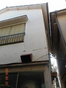 窓枠など開口部からのヒビがあちらこちらに見られました。