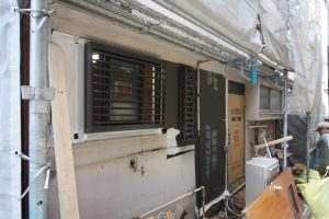 6月17日時点の工事の様子。大工の工藤さんが窓まわりの工事を進めています!