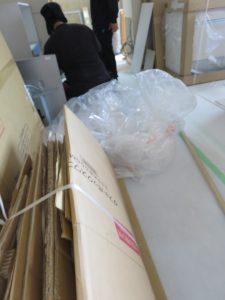 開梱と同時に梱包材を次々とコンパクトに片付けていきます。