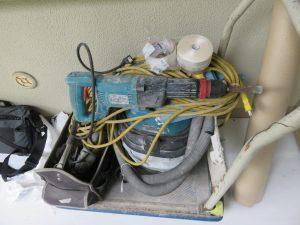 解体で使う電動工具は「タイルはつり機」。