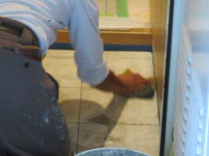水で塗らしたスポンジで丁寧に拭き取っていきます。