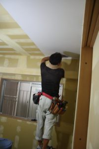 今回は天井から貼っていきます。。