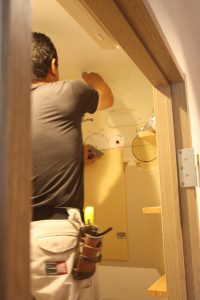 接着用のモルタルをコテで塗りこみます。