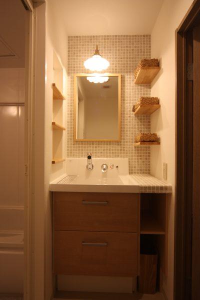 前回タイル工事が終わった洗面室。ついに照明がつきました!