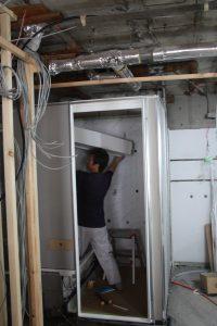 梁欠き部分も含め、天井を載せて固定します。