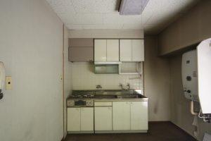 ミニマムなキッチン。給湯器も旧式タイプです。