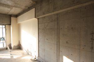 北側の壁は、下地までカビが入り込んでいました。