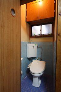 トイレには扉を開けるスペースは必要です。