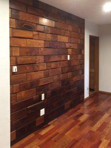 リビングの木壁