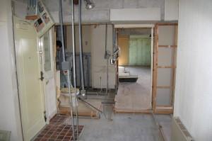 玄関側から見たリフォーム解体後の浴室