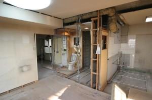 リビング側から見たリフォーム中の浴室