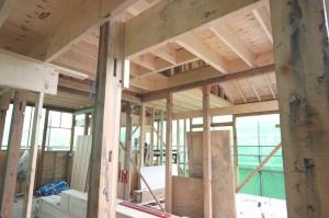 古い柱や梁に新しい材料を足して補強している