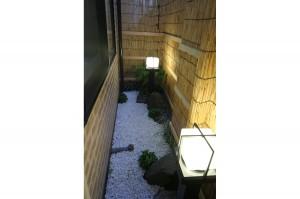 浴室窓から眺められる小庭