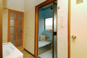 リフォーム前の浴室を洗面室から見たところ