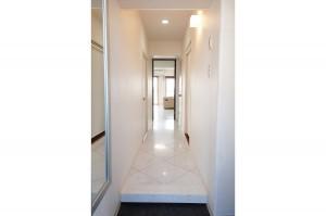 リフォームで大理石調のフロアタイルを敷いた廊下