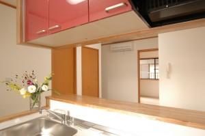 借家階キッチンリフォームからリビングを眺める