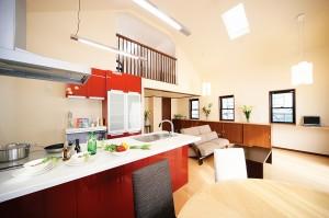 リビングの中で赤が光るキッチンリフォーム