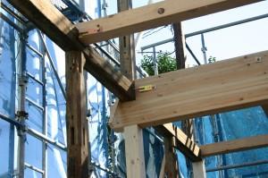 リフォーム解体後、古い柱を耐震金物で補強