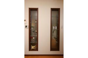 リビングキッチンリフォーム後、玄関の様子が見られるガラス棚