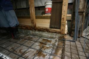 スケルトンリフォーム中、床下に鉄筋を配して強化