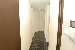 リフォーム後の大理石を敷いた廊下