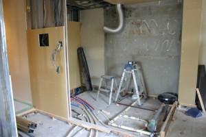 キッチンリフォーム中の給水配管と排水管