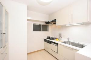 出し入れラクな収納で、いつまでもスッキリ美しいキッチンリフォーム 北区白が美しいキッチンリフォーム