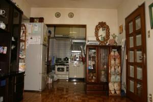 キッチンリフォーム前のリビングから見たキッチン
