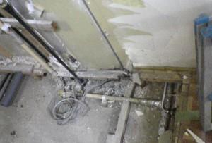 キッチンリフォーム解体中の古くなった水道管