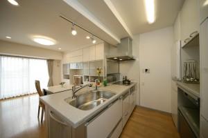 白が美しい対面キッチン
