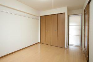 寝室とリビングの間のアクリル扉を閉めている様子