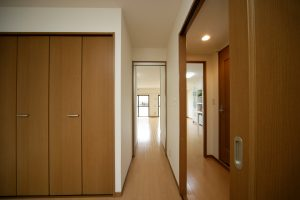 寝室とリビングの間のアクリル扉を開放している様子