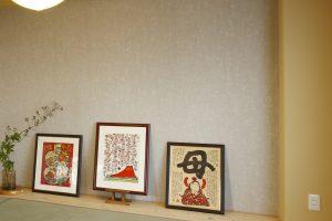 和室リフォームの白い玉紙の壁と茶色いシラス壁