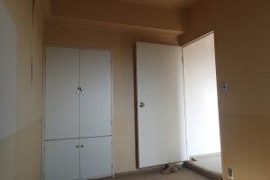 サニタリーの収納に使用する前の寝室クローゼット