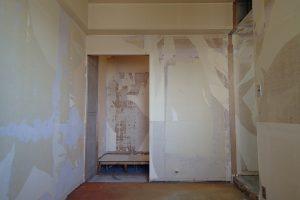 サニタリーリフォームに使用するために寝室のクローゼットを解体