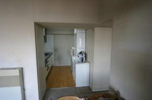 キッチンリフォーム施工前のリビング側から見た写真